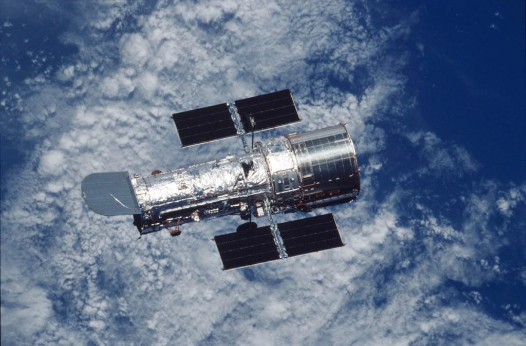 Das Hubble-Teleskop mit Blick auf die Erde. © n-tv