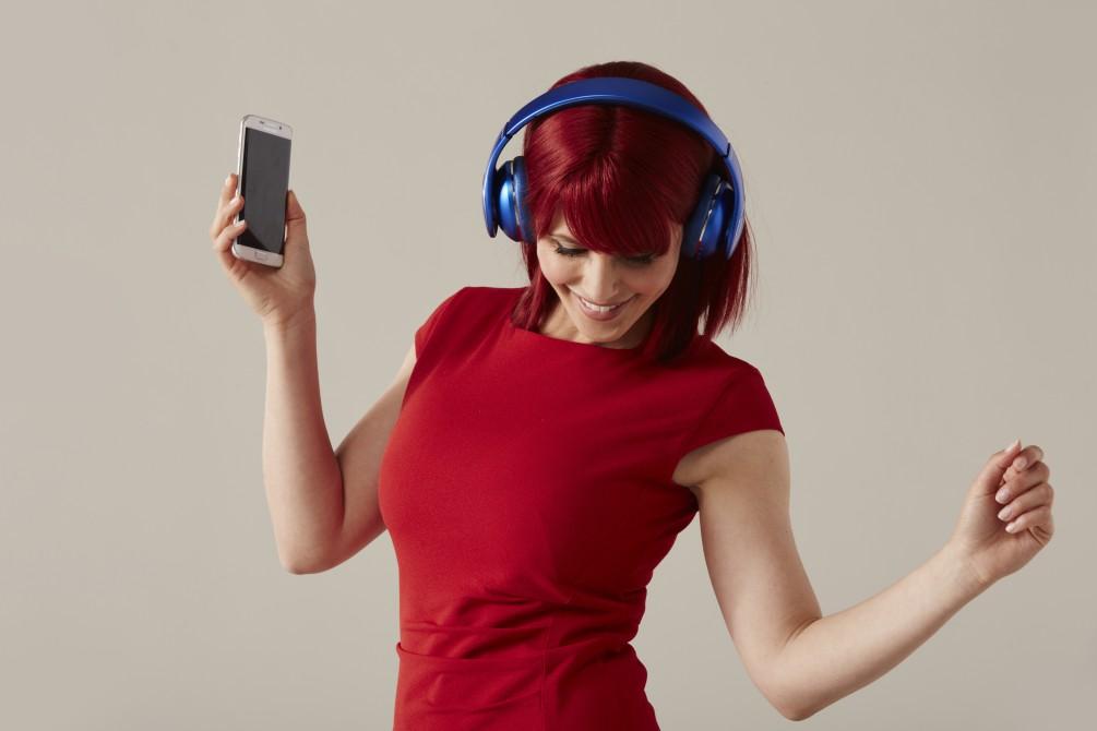 """Miss IFA präsentiert Produktneuheiten zur IFA 2015: """"Level On Wireless"""" Kopfhörer von Samsung Quelle: http://b2b.ifa-berlin.com/de/Presse/Fotos/"""
