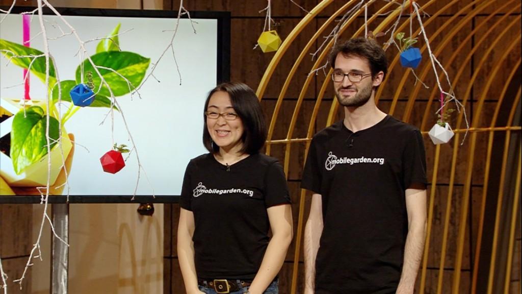 Mobile Garden: Gründer Akiko Takahashi und Christian Atz mit ihren mobilen Blumetopf © VOX/Sony