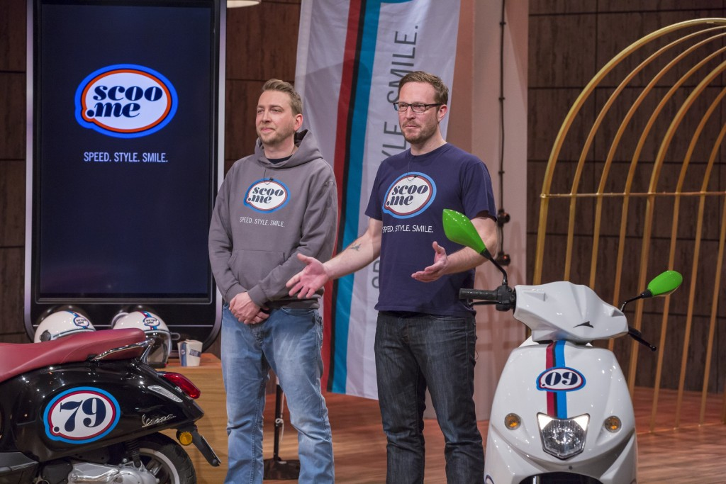 DHDL: Für die Jungs von Scoo.Me (Christoph Becker (l.) und Magnus Schmidt) gab es 100.000 Euro © VOX/Bernd-Michael Maurer