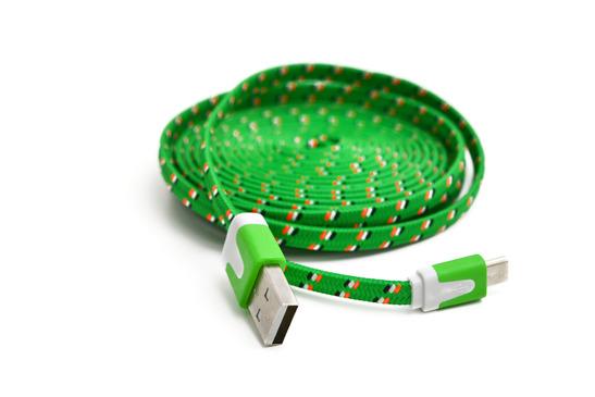 Das Bild zeigt ein klassisches USB Kabel mit stylischem grün.