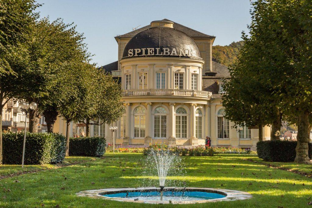 Eine sehr beliebte Spielbank außerhalb von Berlin findet man in Bad Ems. (Quelle: pixabay.com)